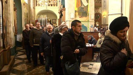 Километровые очереди и часы ожидания: как в Тернополе паломники выстроились к уникальной иконе