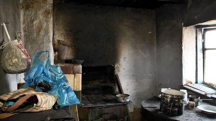 Діряві стіни, бруд та холод: 5-річний хлопчик на Львівщині живе в нелюдських умовах