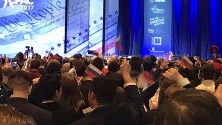 На конференции с Трампом появились российские триколоры
