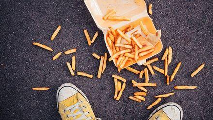 Чи насправді можна вживати їжу, яка пролежала на підлозі кілька секунд