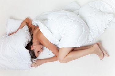 Чому так корисно спати оголеним: пояснення лікаря