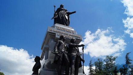 Монархическая истерия: в оккупированном Крыму сносят детскую площадку, чтобы построить памятник