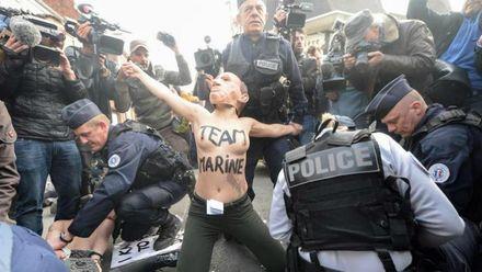 Вибори у Франції: оголені активістки влаштували видовищну акцію біля дільниці Ле Пен (18+)