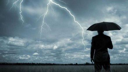 Журналиста ударила молния, когда он рассказывал о погоде