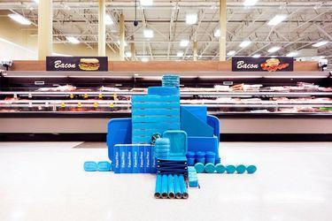 Художник без разрешения создает инсталляции в супермаркетах и выкладывает их в Instagram: фото