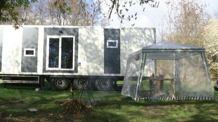 На берегу Южного Буга винничанин построил уникальный дом на колесах