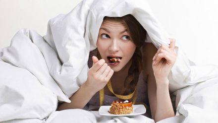 Вчені розповіли, чому від недосипання більше хочеться їсти