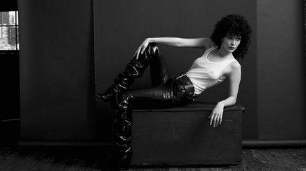 Известная модель снялась в провокационной съемке в стиле 80-х: фото (18+)