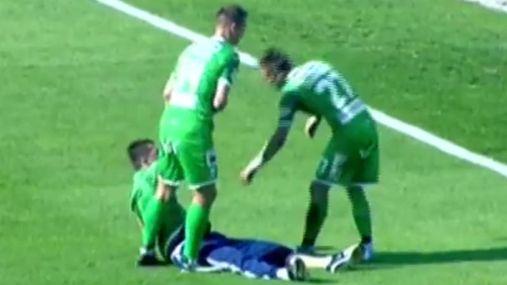 П'янючий фанат завалився спати на полі прямо під час матчу у Львові