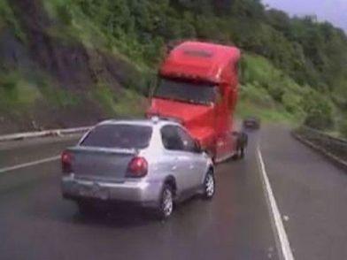 Эффект свидетеля: Грузовик протаранил 5 автомобилей, есть пострадавшие