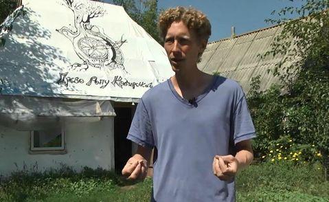 Американец собственноручно построил традиционную хату-мазанку в Украине