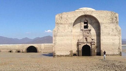 В Мексике на дне водохранилища нашли 400-летний храм: опубликовано видео
