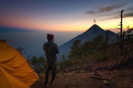 Фотограф снял извержения вулкана на фоне Млечного пути: сказочные фото