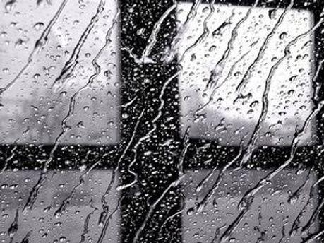 Завтра в Україні очікуються дощі та грози