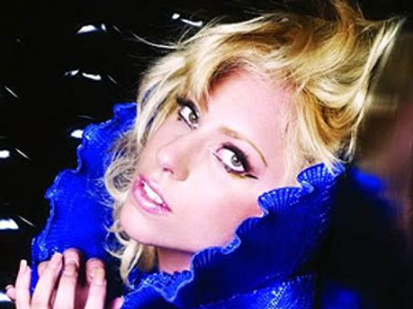 Леди Гага поет