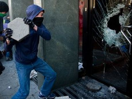 Демонстранти розбивали вікна банків