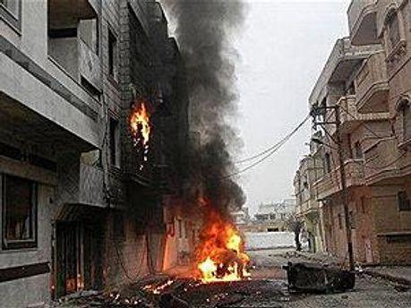Дом горит в результате артобстрела