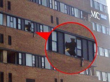 Мужчина разбил окно собственным телом