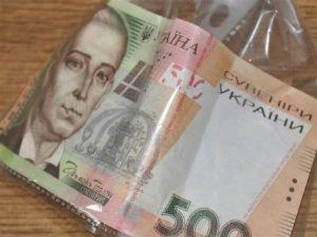 Преступники заранее приобрели 77купюр номиналом 200 гривен и 78 купюр номиналом 50 долларов