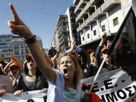 Протестуючі зірвали військовий парад