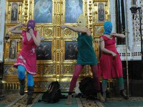 Pussy Riot во время панк-молебна в Храме Христа Спасителя