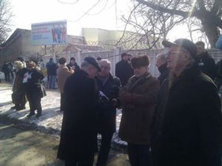 Люди передадуть через охорону квіти для Тимошенко