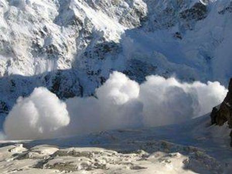 Работу спасателей осложняет снегопад