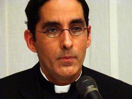 Священик прикрив рукою чашу з вином перед лесбійками