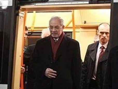 Азаров оглянув будівництво станцій метро