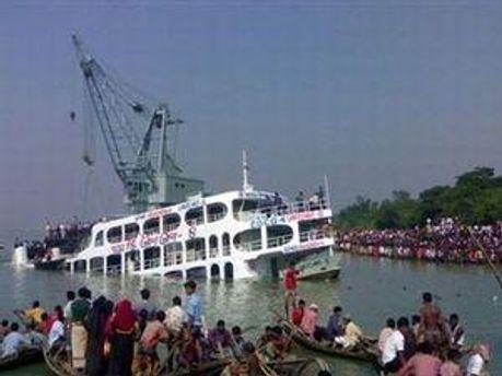 Число жертв аварии парома в Бангладеш увеличилось до 66 человек