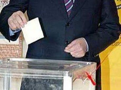 Депутаты выбирают между двумя кандидатами и бюллетени бросают в урны