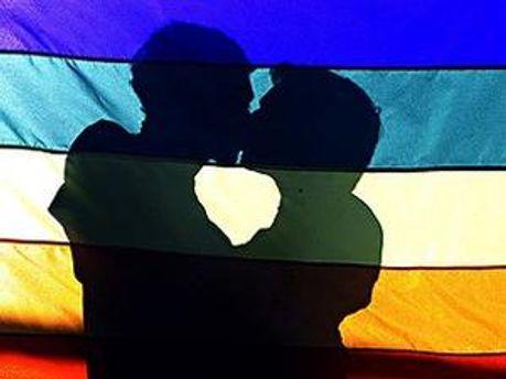 Сейчас официально геи не могут зарегистрировать свои отношения