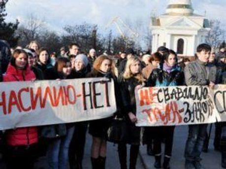 Люди на площади с лозунгами