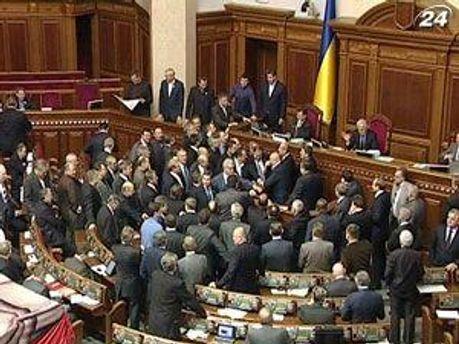 Депутаты заблокировали президиум и трибуну Рады