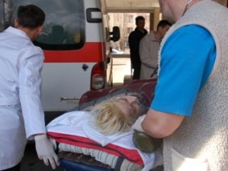 Реаниматологи везут Оксану Макар в аэропорт