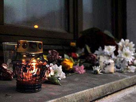 Знакомые Владислава Ковалева приносят цветы и свечи