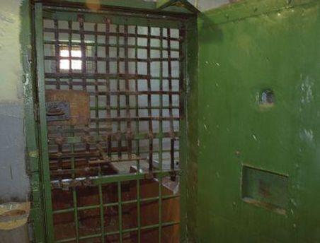 Чоловік повісився в тюремній камері