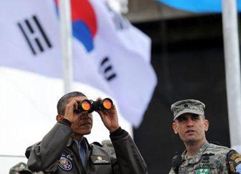 Барак Обама дивиться в сторону КНДР у демілітаризованій зоні