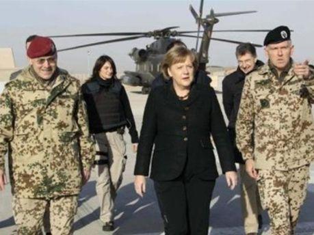 Канцлер ФРГ Ангела Меркель в окружении военных в Афганистане