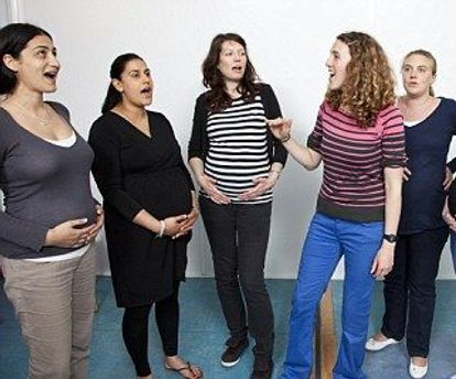 Беременные женщины распеваются