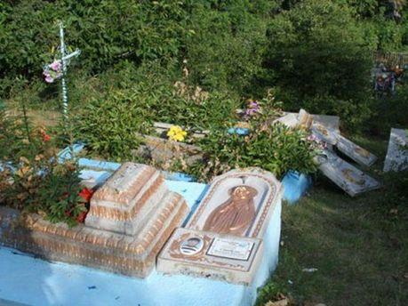 Понівечені надгробки