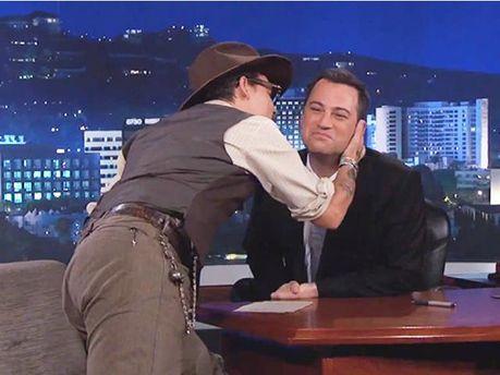 Джонни Депп страстно расцеловал ведущего ток-шоу