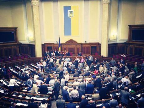 Рада ушла на перерыв после того, как оппозиция заблокировала президиум и трибуну