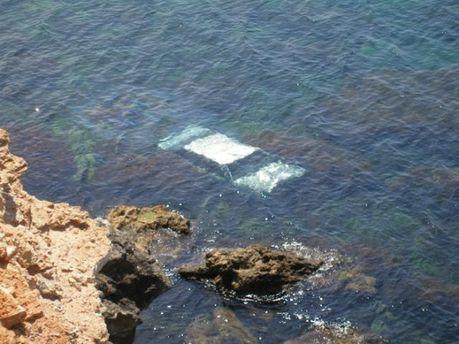 В Севастополе автомобиль упал с обрыва в море