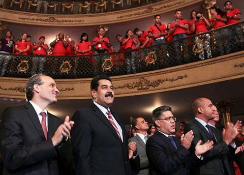 Президент Венесуэлы Николас Мадуро и другие чиновники