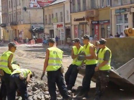 Жонглювання бруківкою у Львові