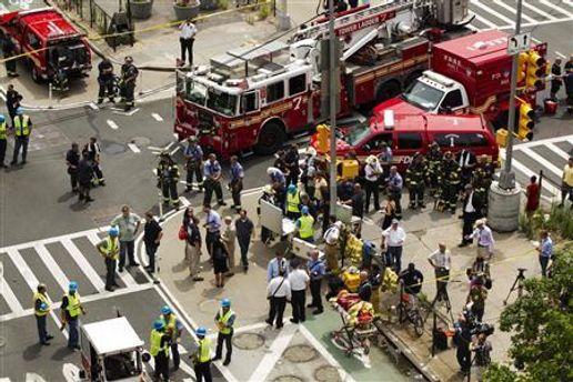 На месте взрыва работают пожарные