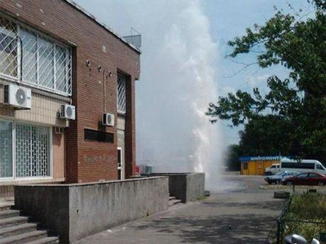 В Киеве прорвало трубу: из-под земли бил высоченный фонтан