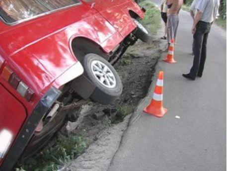У Києві перекинувся мікроавтобус і мало не злетів з греблі
