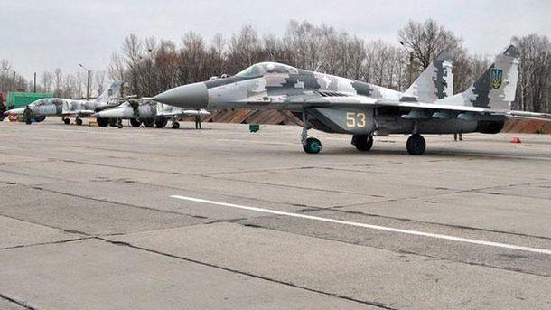Самолет на военном аэродроме
